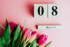8 för kvinna` s för mars lyckligt begrepp för dag Med trätulpan för kvarterkalender och rosa färgpå rosa bakgrund kopiera avstånd Royaltyfri Fotografi