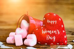 8 för kvinna` s för mars lyckligt meddelande för dag på träbakgrund Arkivfoton