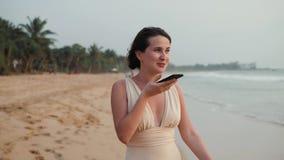 För kvinnabruk för flicka applikation ai för erkännande för stämma för meddelande för ung turist- smartphone för telefon ljudsign lager videofilmer