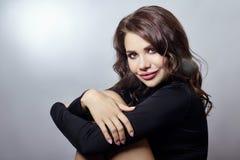 För kvinnacloseup för lockigt hår sexig stående Brunettflicka i svart r fotografering för bildbyråer