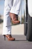 För kvinnadäckändring för bil för avbrott avlägsen gata ner Royaltyfri Fotografi
