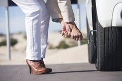 För kvinnadäckändring för bil för avbrott avlägsen väg ner Royaltyfri Foto