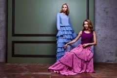 För kvinnadam för två lång klänning för härliga sexiga blonda yang kläder nätta arkivfoton