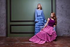 För kvinnadam för två lång klänning för härliga sexiga blonda yang kläder nätta Fotografering för Bildbyråer