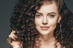 För kvinnafrisyr för lockigt hår dam med långt brunetthår arkivfoton
