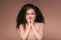 För kvinnafrisyr för lockigt hår dam med långt brunetthår arkivbilder