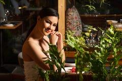 För kvinnagranskning för berömd kändis asiatiskt trä för fusion royaltyfri foto