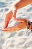 För kvinnahand för hippie mänsklig strand för sand för hjärta för form Royaltyfri Bild