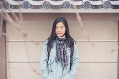 För kvinnahandelsresanden för ståenden tycker om asiatisk känsla och lycka med ferietur på Japan royaltyfri fotografi