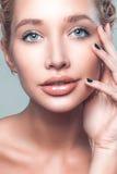 För kvinnahandlag för härlig framsida ung caucasian hud för rengöring arkivfoto