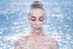 För kvinnahud för dubbel exponering fuktighetsbevarande hudkräm royaltyfria bilder
