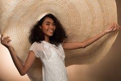 För kvinnakrullning för mode stor hatt för ungt asiatiskt hår royaltyfri bild