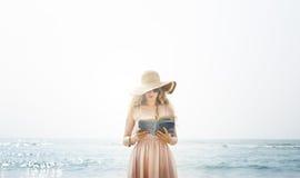 För kvinnakyla för bok läs- bosatt begrepp för strand för stillhet fotografering för bildbyråer