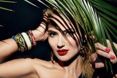 För kvinnamakeup för skönhet gömma i handflatan den sexiga djungeln solbrännaskuggastranden royaltyfria bilder