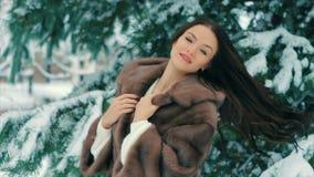 För kvinnamidja för brunett rikt lag av brun päls på bakgrund av julgranultrarapid lager videofilmer