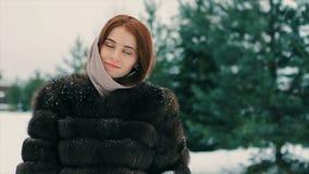 För kvinnamidja för brunett rikt lag av brun päls på bakgrund av julgranultrarapid stock video