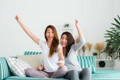 För kvinnapar för LGBT lesbisk lycka för ögonblick Lesbiska kvinnor kopplar ihop tillsammans inomhus begrepp arkivfoton