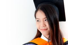 För kvinnastående för utbildning isolerad asiatisk gullig avläggande av examen royaltyfria foton