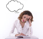 För kvinnastudent för barn trött läsebok Fotografering för Bildbyråer