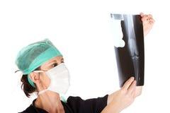 för kvinnligstråle x för caucasian doktor undersökande barn royaltyfri bild