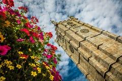 För kyrkaklocka för St Ias torn och blommor Arkivbild