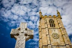 För kyrkaklocka för St Ias torn och kors Arkivfoto