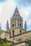 För kyrklig klocka för torn byggnad för 16th århundrade sent sen gotisk av San Esteban som byggs i byn av Loarre Aragon Huesca Sp Royaltyfri Bild