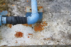 För läcka för stål för rörvattenrörmokeri industriell på röra med gummi arkivbilder