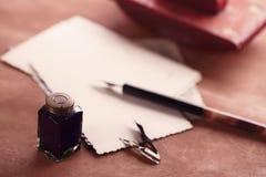 För läderfärgpulver för tappning röd journal med retro vykort på leathe Arkivfoton