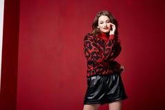 För läppstiftsmycken för härlig nätt kvinna röd brunett för örhängen fotografering för bildbyråer