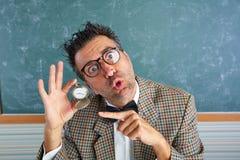 För lärarevisning för Nerd enfaldig klocka för kedja för tappning arkivbilder