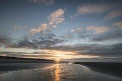 För lågvattenlandskap för härlig strand kust- bild på soluppgång med Arkivbild