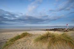 För lågvattenlandskap för härlig strand kust- bild på soluppgång med Arkivfoton