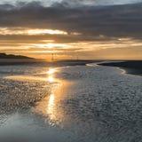 För lågvattenlandskap för härlig strand kust- bild på soluppgång med Arkivbilder