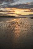 För lågvattenlandskap för härlig strand kust- bild på soluppgång med Royaltyfria Foton