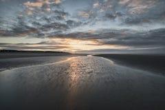 För lågvattenlandskap för härlig strand kust- bild på soluppgång med Royaltyfri Foto