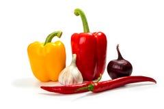 För lök, grön och röd spansk pepparchili för vitlök som, isoleras på vit Arkivbild