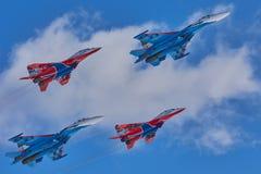För lag` för KUBINKA, för MOSKVAREGION, RYSSLAND Aerobatic för Swifts flygplan SU-30 och MIG-29 för ` ` och för ` ryskt riddare Royaltyfri Foto