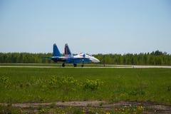 För lag` för strålen SU-27 adlar aerobatic ryss `-ställningar på landningsbanan av flygplatsen Arkivfoton