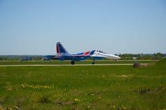 För lag` för strålen SU-27 adlar aerobatic ryss `-ställningar på landningsbanan av flygplatsen Royaltyfria Foton