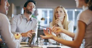 För lagarbete för företags affär möte på kontoret Fyra caucasian samtal för affärsman- och affärskvinnafolkgrupp