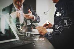 för lagmöte för Co funktionsdugligt begrepp, affärsman som använder den smarta telefonen Arkivfoton