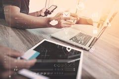 för lagmöte för Co funktionsdugligt begrepp, affärsman som använder den smarta telefonen Arkivfoto