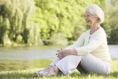 för lake kvinna för park utomhus le royaltyfri bild
