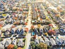 För lakesideutvidgning av en stad för bästa sikt färgrikt bostadsområde nära Da arkivfoton