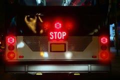 för lampasignalering för buss glödande trafik för stopp royaltyfri bild