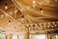 För lampflaggor för dekor festlig tändande beröm för korridor royaltyfri foto