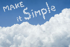 för landskapsky för härlig blå oklarhet fridsam tyst white solig dag cloudscape slut upp molnet text gör det enkelt få enkelt liv Arkivbilder