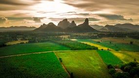 För landskapsolnedgång för flyg- sikt bakgrund för berg Arkivbild