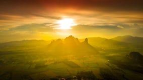 För landskapsolnedgång för flyg- sikt signal för bakgrund för berg orange Royaltyfria Bilder